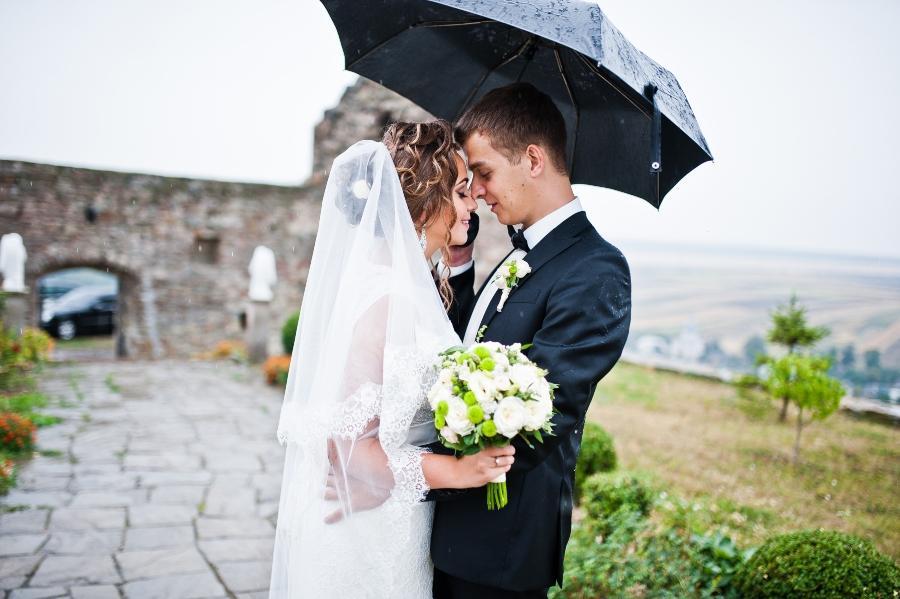 hochzeitspaar-regenschirm-regen-bei-der-hochzeit