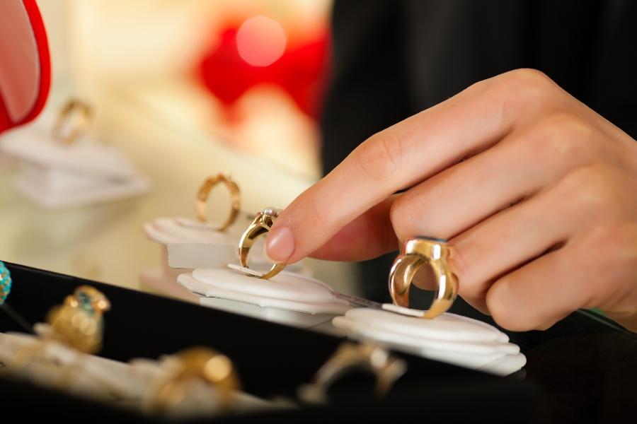 Paar sucht einen Ring beim Juwelier aus punze