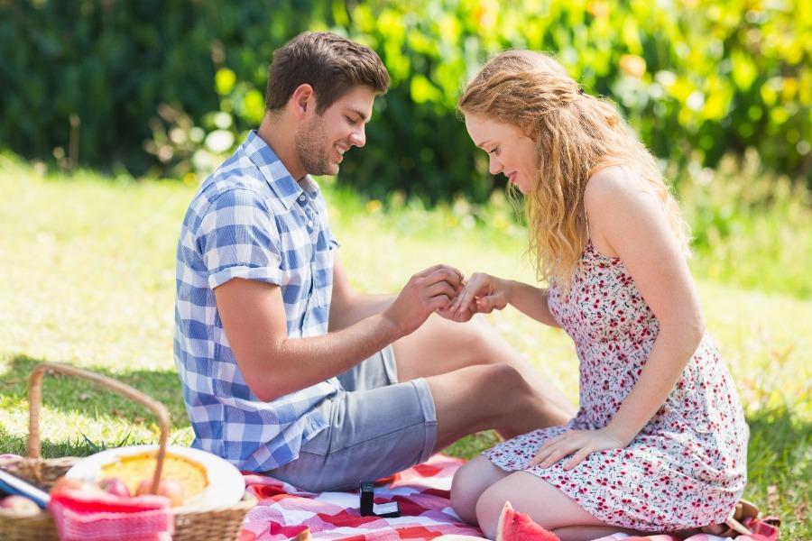 sportlicher-heiratsantrag-draussen-picknick