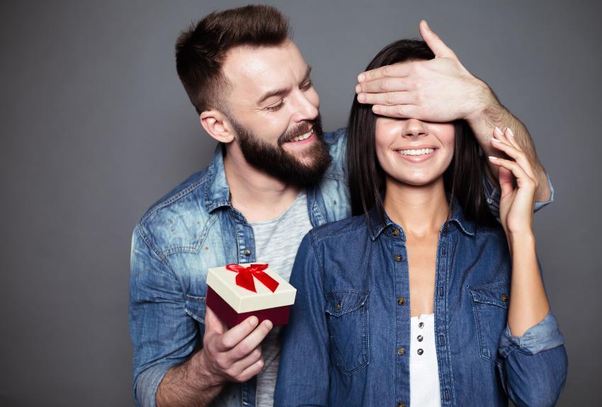 Mann beschenkt Freundin - Romantische Ideen zum Valentinstag
