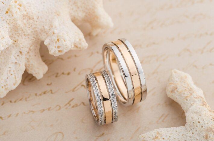 Ringe aus Roségold und Weißgold drapiert
