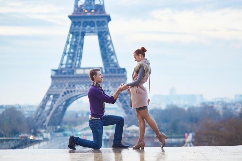 Mann macht seiner Freundin einen Heiratsantrag vor dem Eiffelturm