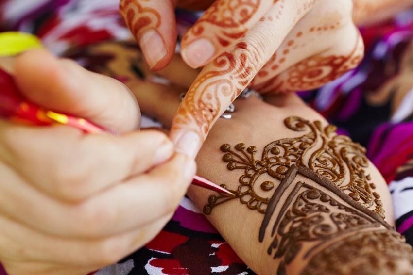 Frau wird mit Henna