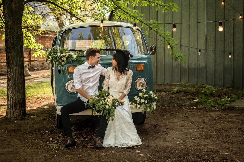 Hochzeitspaar vor einem alten VW Bulli