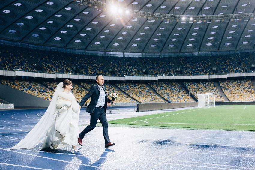Hochzeitspaar im Fussballstadion