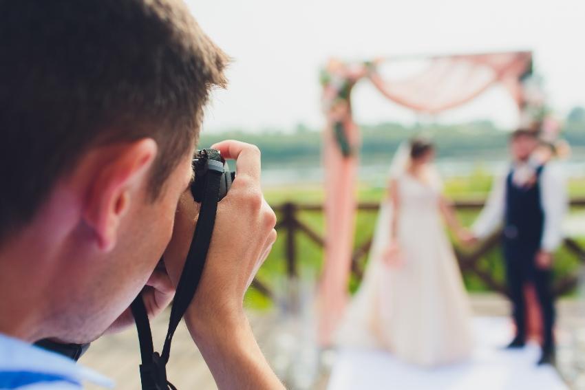 Ein professioneller Hochzeitsfotograf fotografiert ein Brautpaar