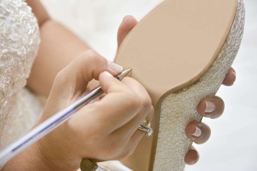 Namen werden auf den Brautschuh geschrieben