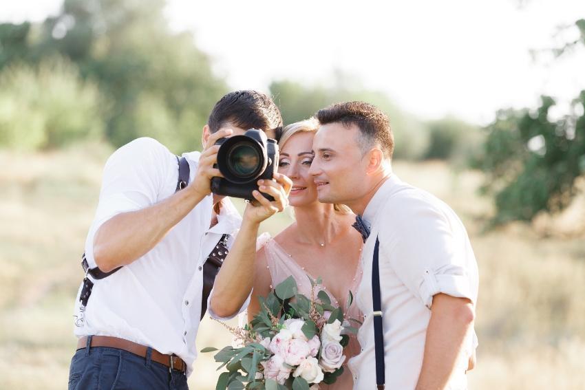 Paar mit einem Fotografen