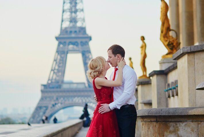 Paar vor dem Eiffelturm