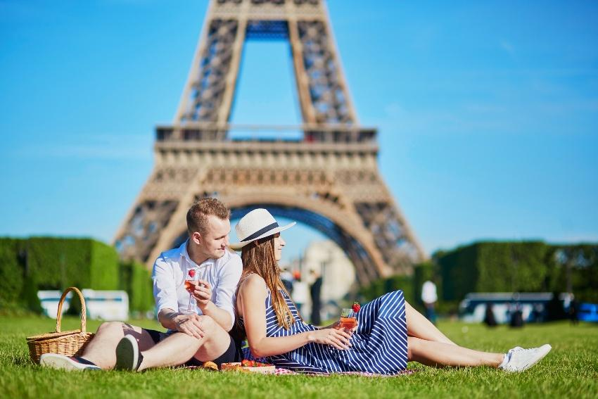 Picknick vor dem Eiffelturm