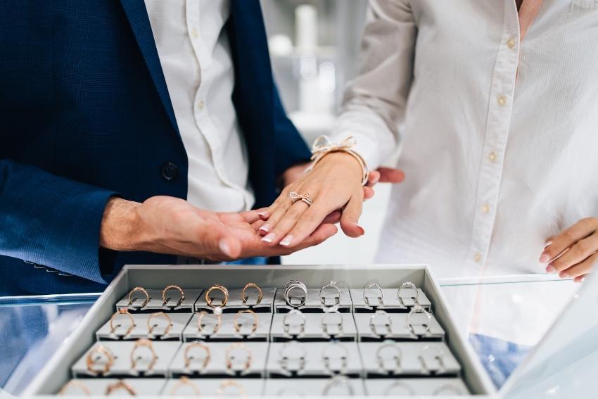 Paar beim Aussuchen der Ringe