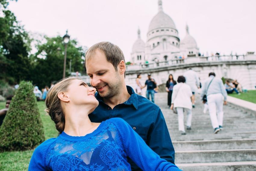 Zwei Verlobte am Sacré Coeur