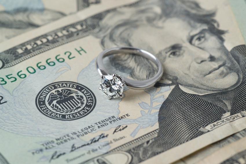 Diamantring auf einem Geldschein