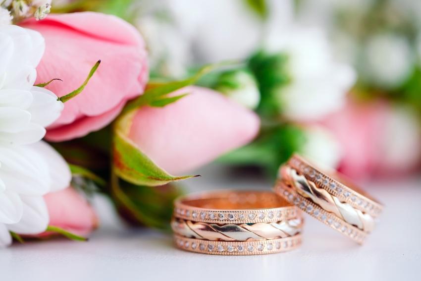 Bicolor-Ringe vor Rosen drapiert