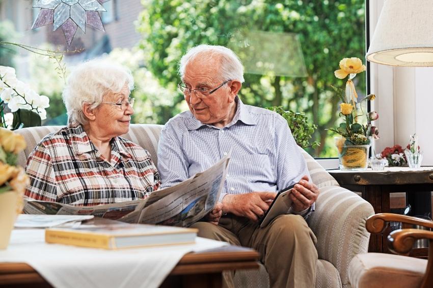 Altes Ehepaar beim Zeitung lesen - Goldene Hochzeit