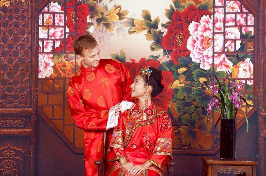 Gemischtes chinesisch europäisches Brautpaar