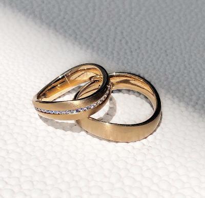 Goldene Eheringe zur Goldenen Hochzeit