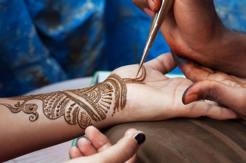 Hände der Braut werden mit Henna bemalt
