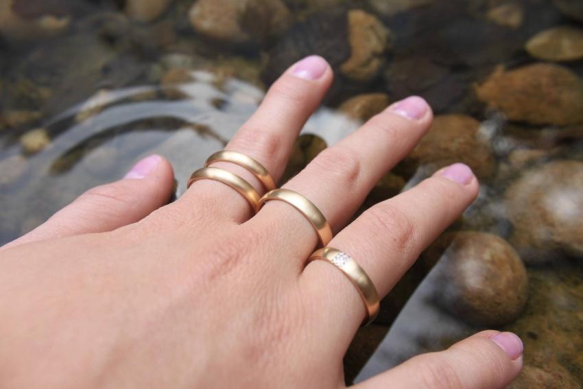 Goldene Eheringe für Damen mit Stein