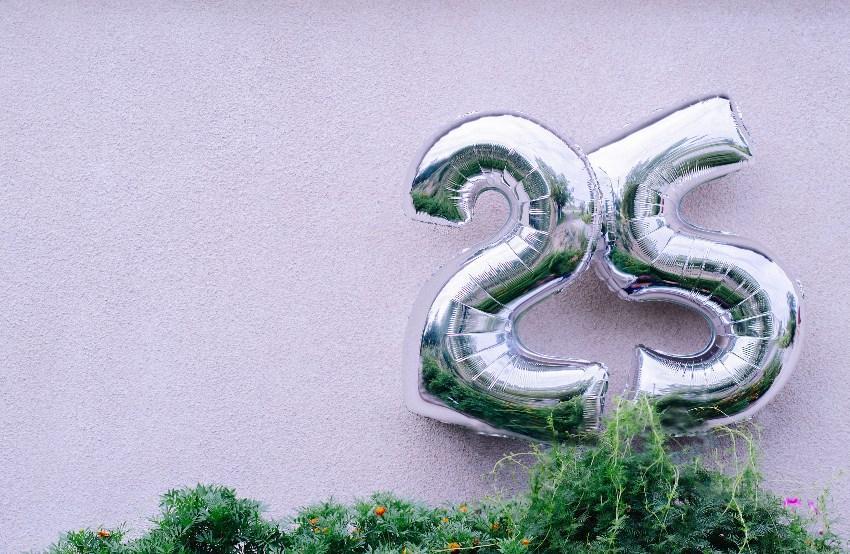 Silberfarbene Luftballons mit der Zahl 25