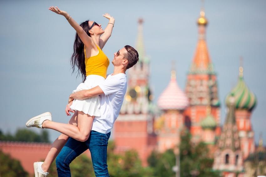 Junges Paar am Roten Platz in Moskau