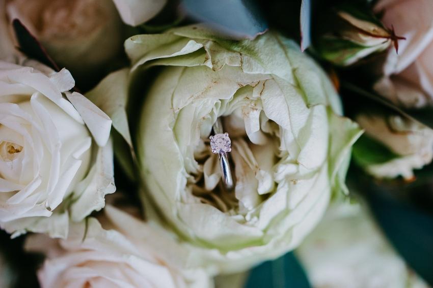 Verlobungsring in einer weißen Rose