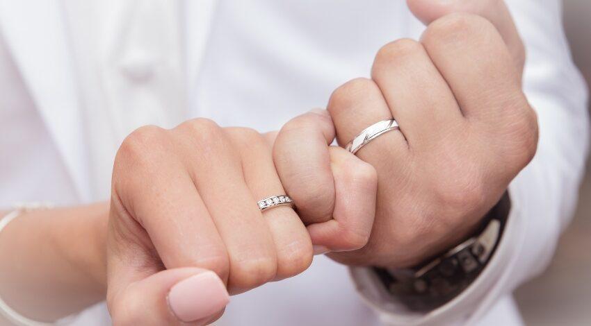Paar verschränkt kleine Finger