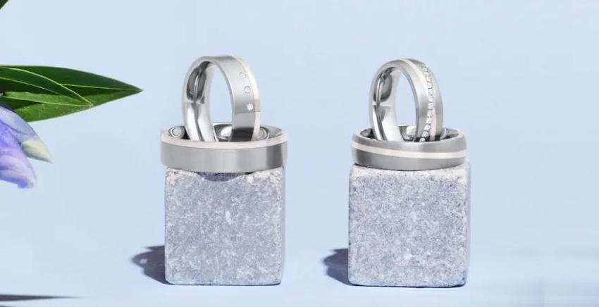 Silberringe auf einem Stein präsentiert