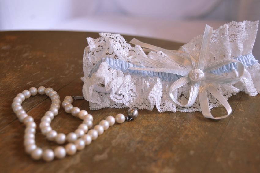 Strumpfband und Perlenkette