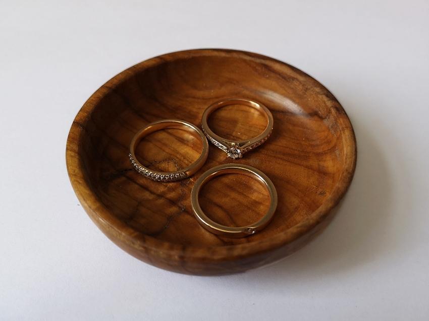 Braune Schale mit Verlobungsringen