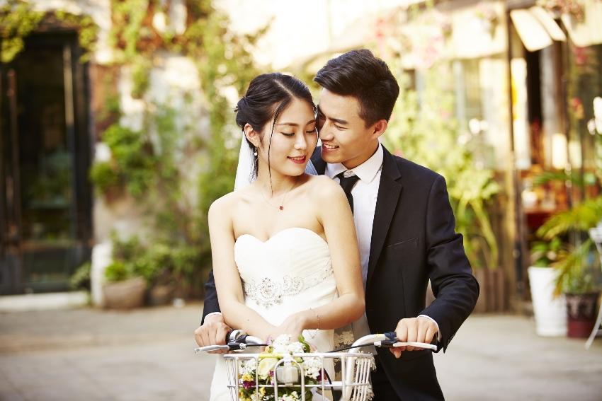 Chinesisches Brautpaar auf einem Fahrrad