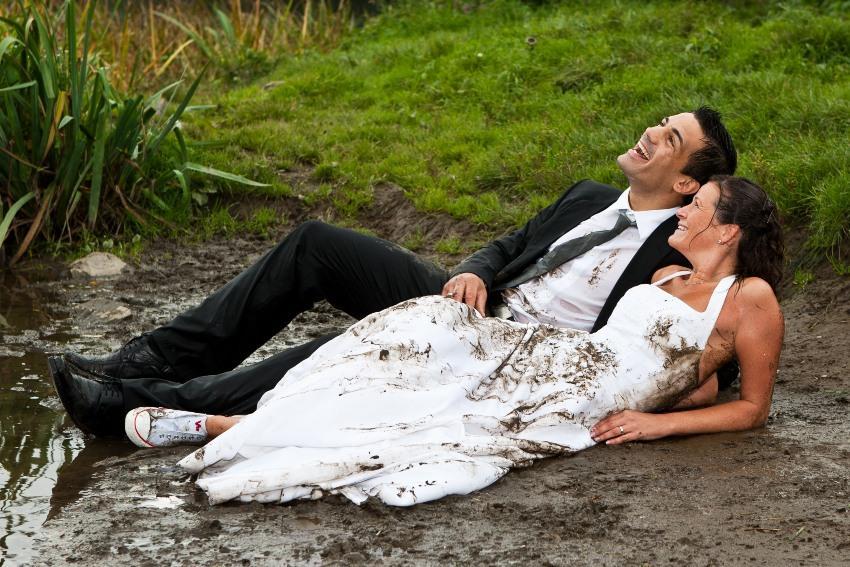 Brautpaar glücklich im Matsch - schottische Hochzeit