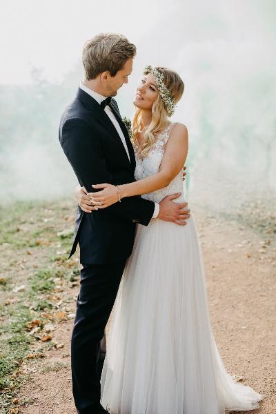 Brautpaar auf Waldweg