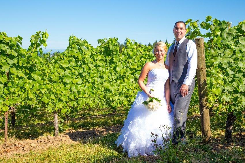 Paar vor den Weinreben