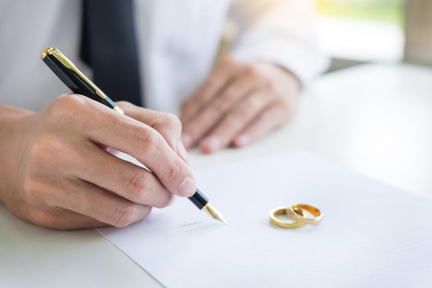 Mann unterschreibt Hochzeitsformular