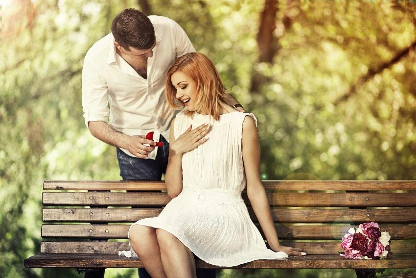 Mann macht einer Frau einen Antrag