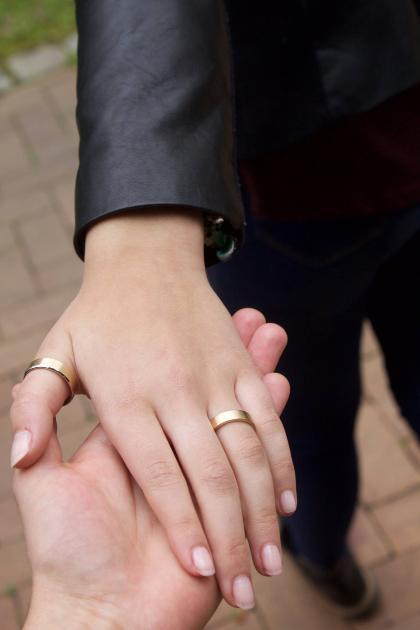 Hand eines Mannes - Eheringe für Männer