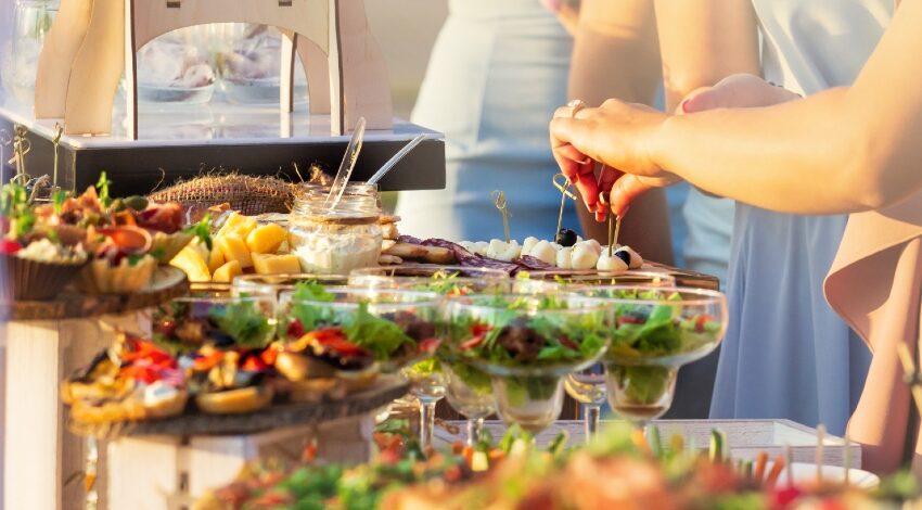 Hochzeitsbuffet mit Gästen