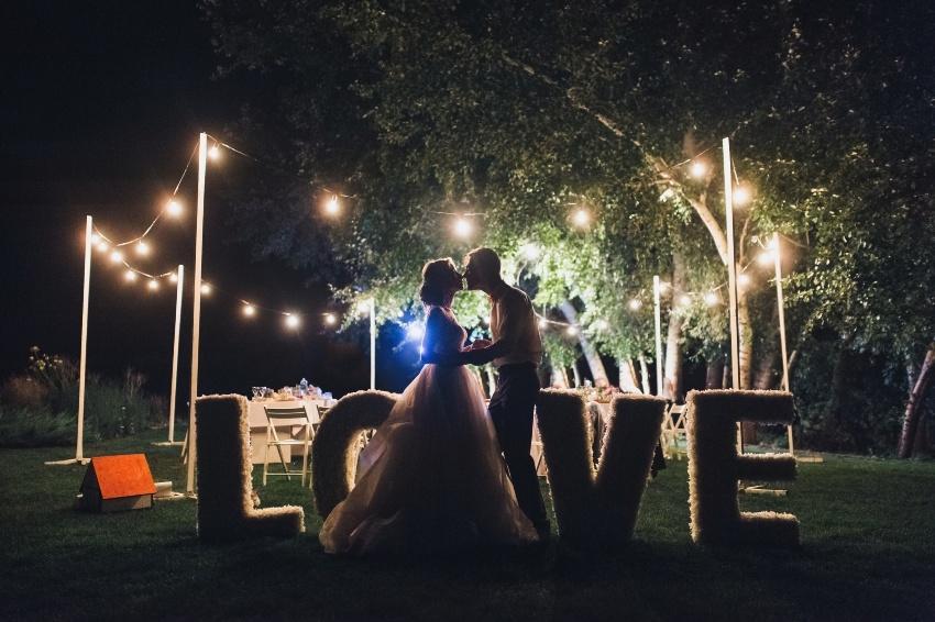 Paar auf der Waldhochzeit mit Lichterketten