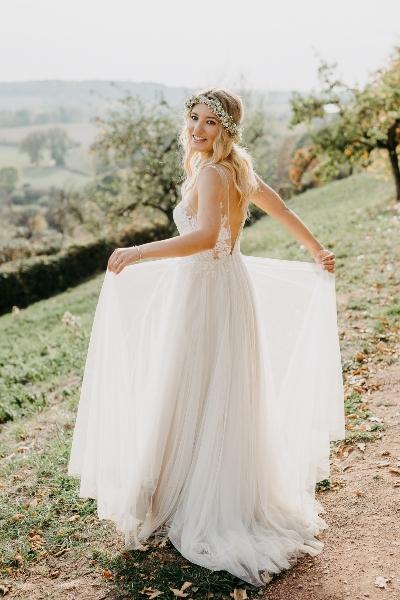 Braut in ländlicher Umgebung