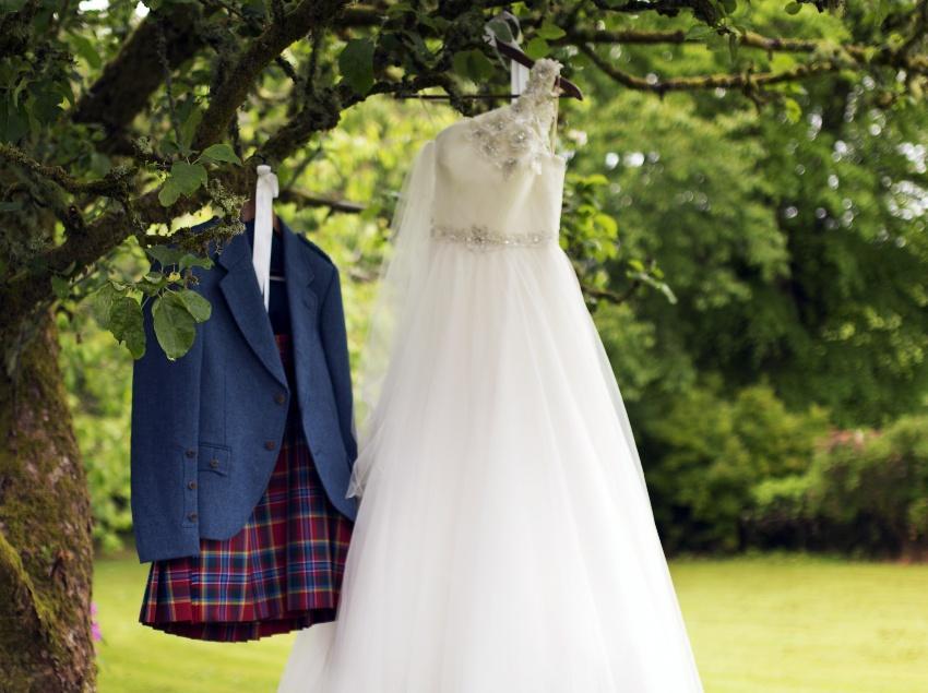 Schottischer Kilt und Brautkleid - schottische Hochzeit