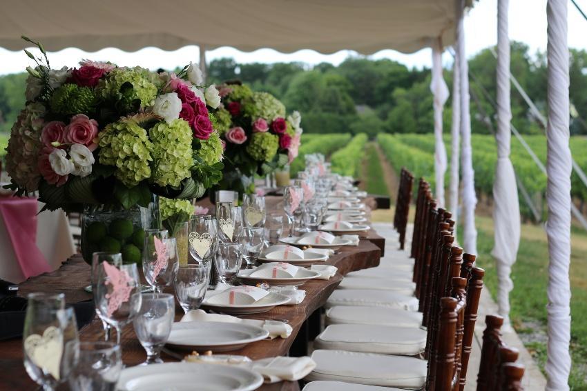 Tischdekoration bei einer Hochzeit auf dem Weingut