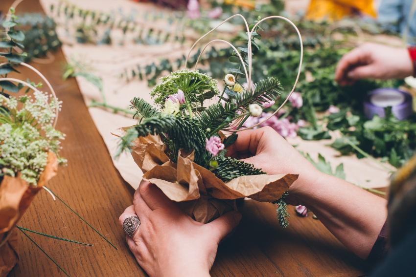 Basteln von Blumenschmuck
