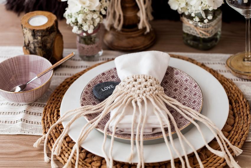 Makramee-Serviettenhalter auf gedecktem Tisch - Do-it-yourself-Hochzeitsdeko