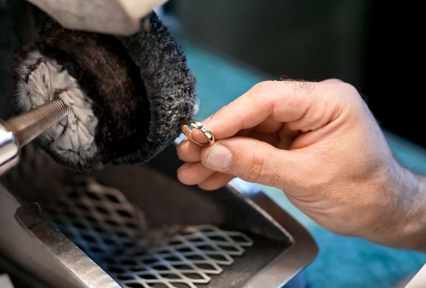 Ring an einer Poliermaschine - Verlobungsring und Ehering reinigen