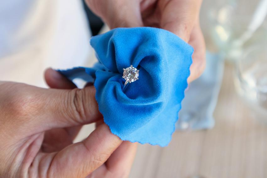 Ring in blauem Tuch zum Polieren - Verlobungsring und Ehering reinigen