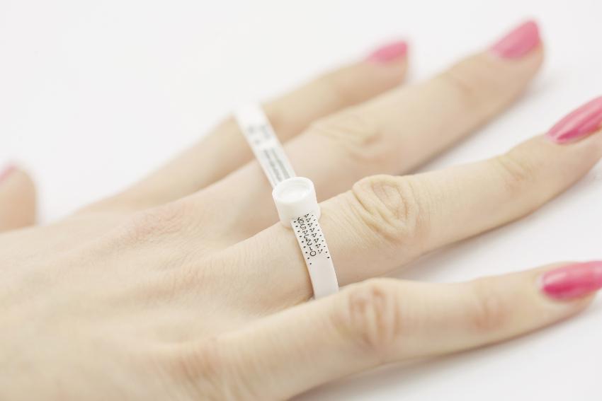 Die Ringgröße mit einem Ringmaß ermitteln