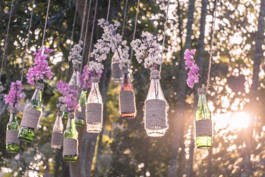 Hängende Gläser mit Blumendeko - Do-it-yourself-Hochzeitsdeko