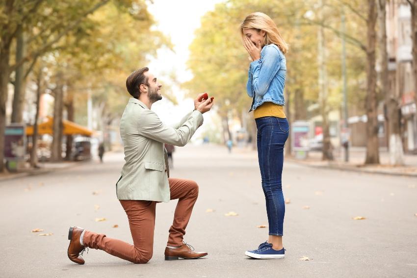 Mann macht der Frau einen Antrag auf der Straße
