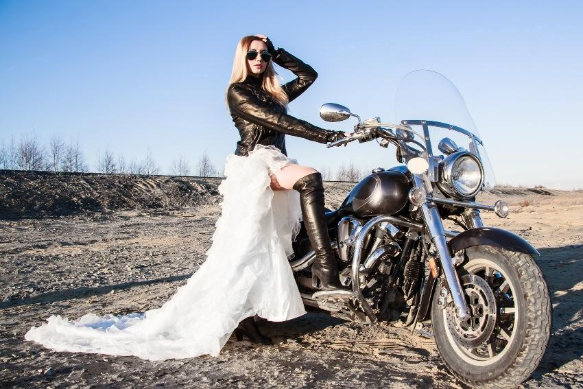 Braut mit Lederjacke auf einem Motorrad